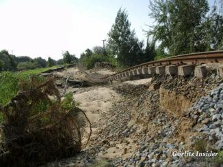 Unterspülte Zugstrecke Flut 2010