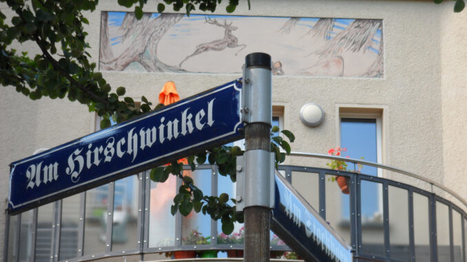 Am-Hirschwinkel-Strassenschilder-und-Wandmalerei