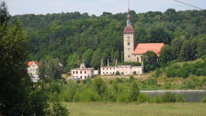 Reste-Nieda-Kirche-mit-Witka-Stausee